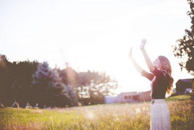 Image femme dans un paysage naturel avec soleil